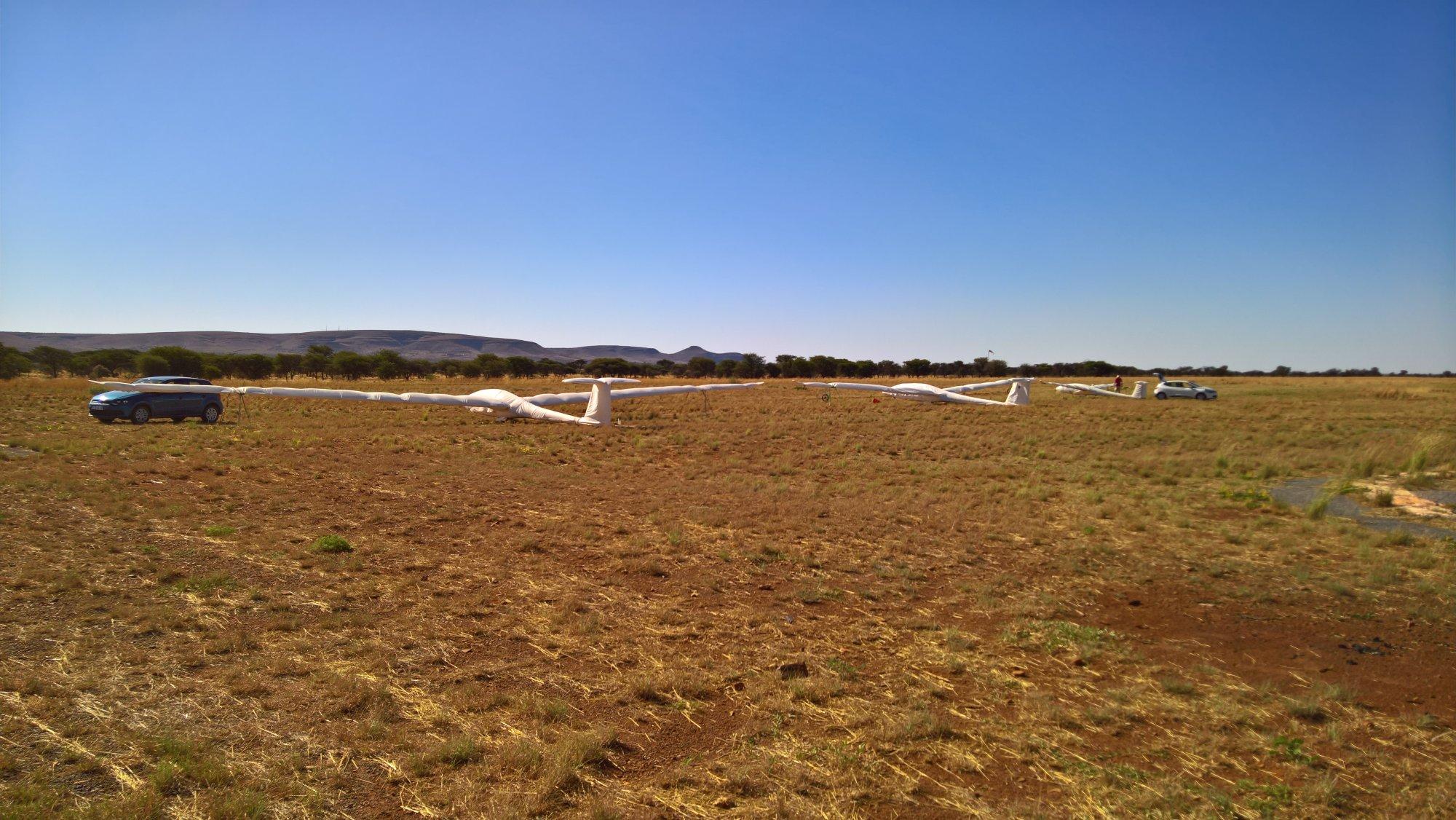 die Flieger stehen fertig aufgerüstet auf Parkposition