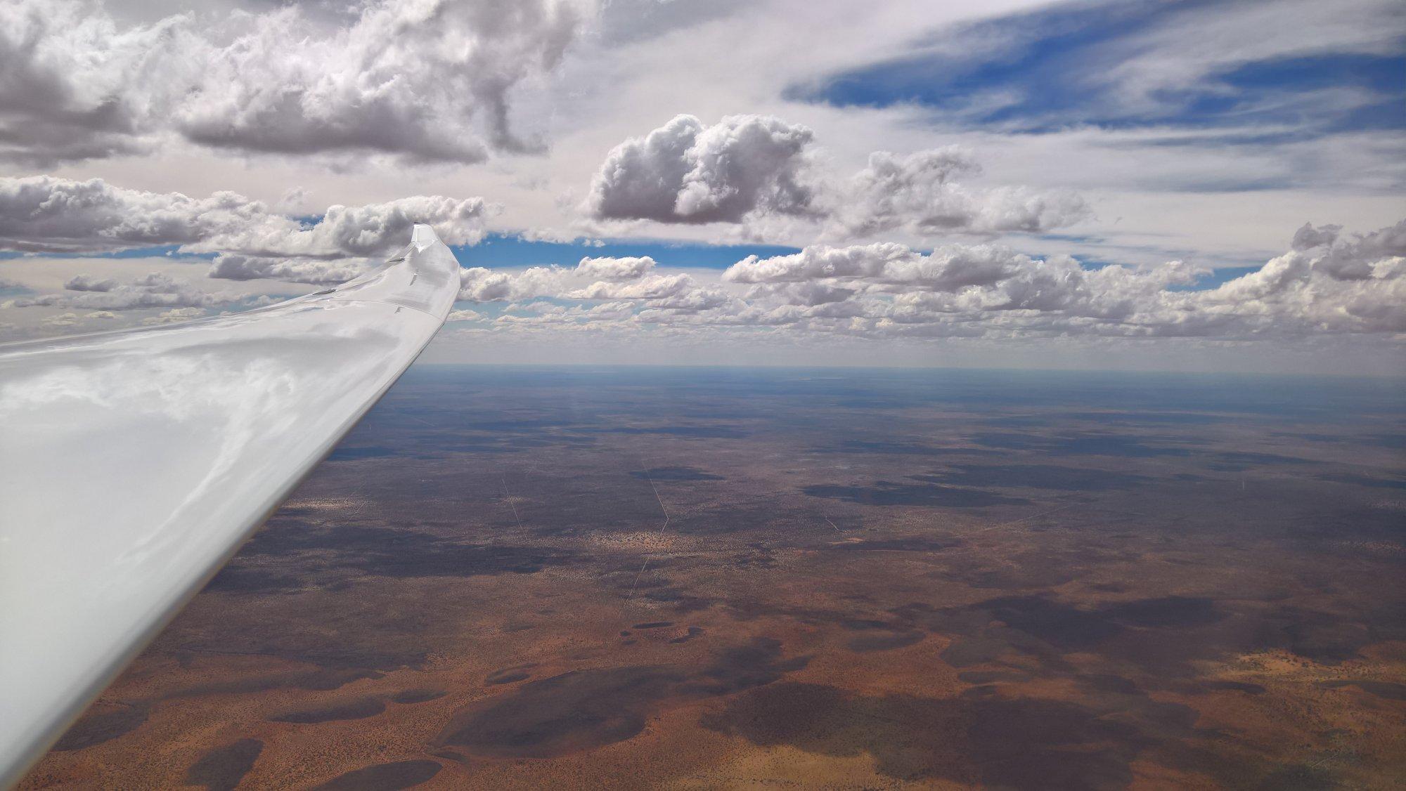 von Westen ziehen hohe Wolken auf