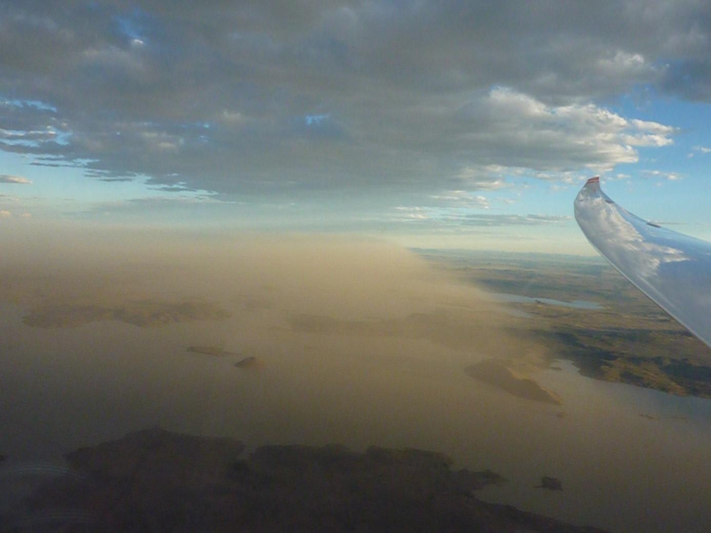 Sandsturm in der Karoo/Südafrika: ausgelöst durch Überentwicklungen und heftige Regenfälle in der Gegend von Kimberley (aufgenommen 2009 über Gariep Dam)