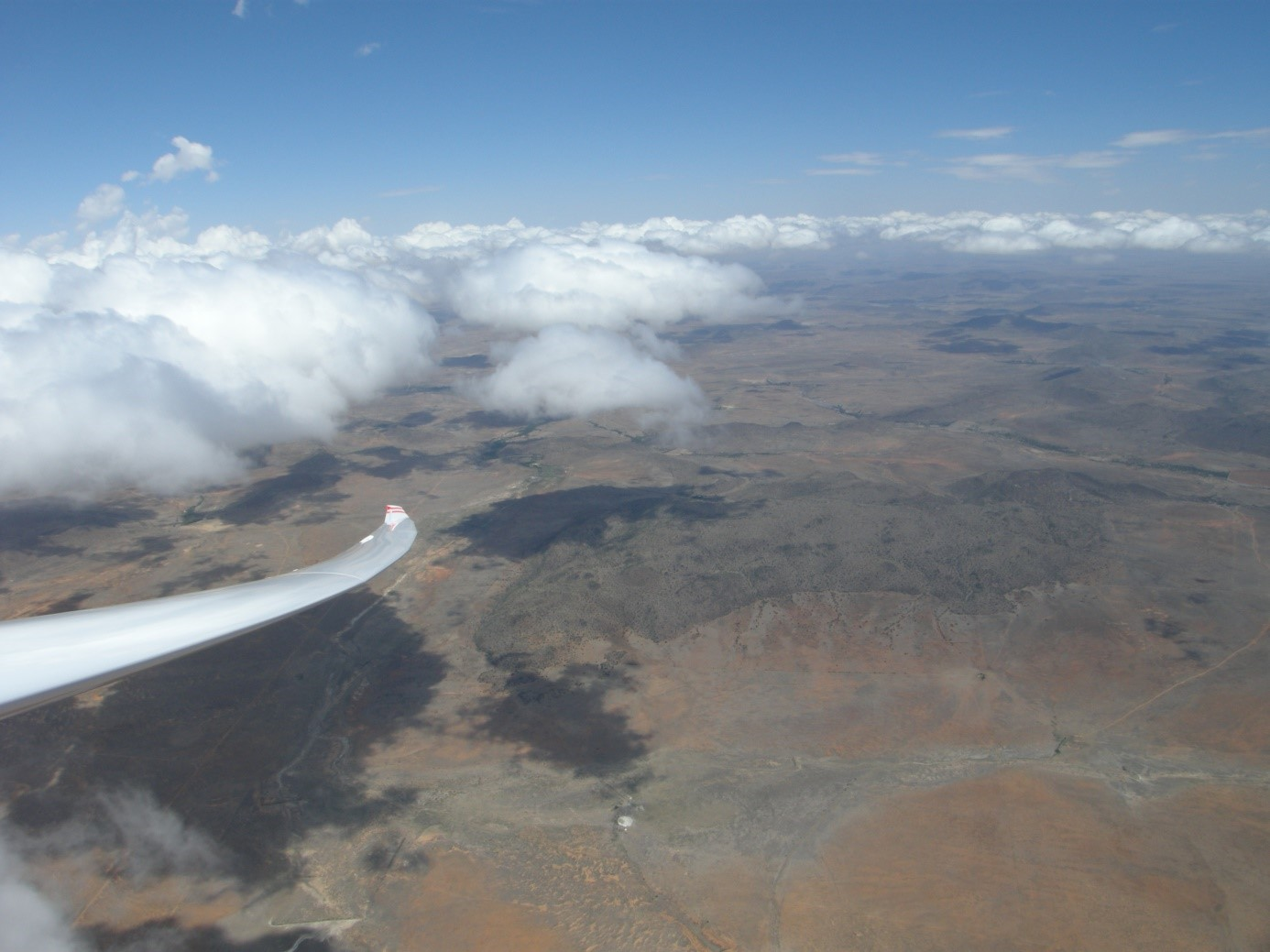 """Wellenflug über Südafrika: ausgelöst durch Scherung, oder einfach als """"Thermo-Onda"""": starke Thermik mit Cumulus-Bildung als Hindernis; die Mini-Hügel lösen keine Wellen aus . . ."""